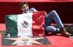 ¡Viva México!, exclama Derbez al develar estrella en Hollywood